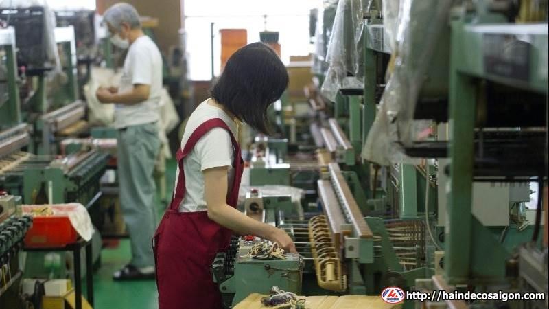 Công nhân nữ vận hành máy sản xuất